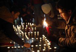 Unterstützer entzünden Kerzen. Foto: Alexander Böhm