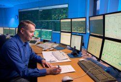 Die Mitarbeiter der Verbundwarte überwachen und steuern rund um die Uhr die Strom-, Gas- und Fernwärmenetze und koordinieren bei Störungen die schnelle Wiederversorgung der Leipziger. Foto: Netz Leipzig