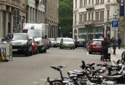 Autos auf Parkplatzsuche auf dem Neumarkt. Foto: Ralf Julke