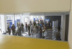 Im Foyer des Nieper-Baus der HTWK Leipzig finden Besucher Infostände und Ansprechpartner rund ums Studium. Foto: Andreas Schröder/HTWK Leipzig