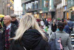 Einkaufslustige in der Petersstraße. Foto: Ralf Julke