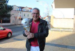 Der stellvertretende Bürgermeister Dr. Volker Kirschner (CDU) wird der siegreichen Mannschaft am Mittwochabend die Wandertrophäe überreichen. Foto: Stadt Markranstädt