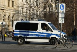 Polizeifahrzeug am Zugang Petersstraße. Foto: Ralf Julke