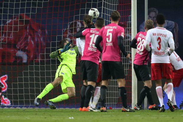 Willi Orban köpft den Ball nach einer Ecke ins Hertha-Gehäuse. Foto: GEPA pictures/Sven Sonntag