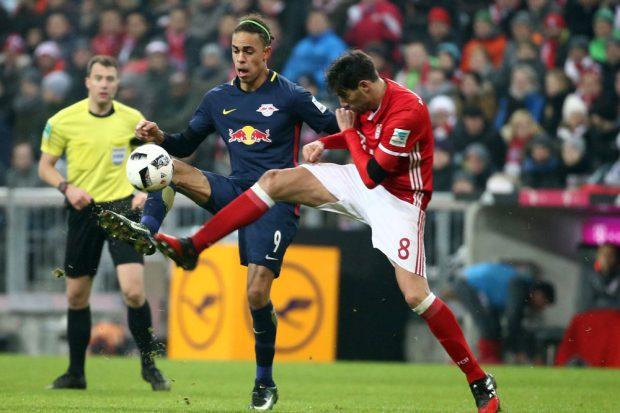 Hart umkämpfter Ball – Yussuf Poulsen (RB Leipzig) and Javi Martinez (Bayern). Foto: GEPA pictures/Kerstin Kummer