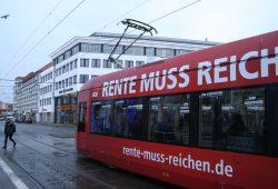 "DGB-Straßenbahn-Kampagne ""Die Rente muss reichen ..."". Foto: Ralf Julke"