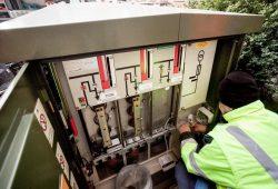 """Ein """"Reporter"""" wird im Stromkasten montiert. Foto: Netz Leipzig"""