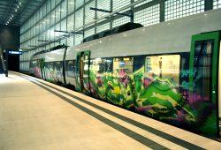 Immer wieder auch in bunter Version: S-Bahn im Leipziger City-Tunnel. Foto: Ralf Julke