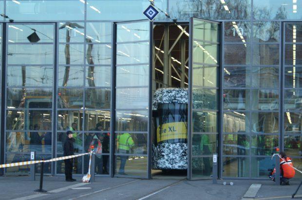 Das Tor öffnet sich: Dr neue XL steht auf eigenen Rädern. Foto: Ralf Julke