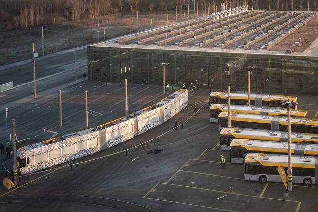Die neue Solaris-Straßenbahn und sechs neue Urbino 18-Busse im Technischen Zentrum Heiterblick. Foto: LVB