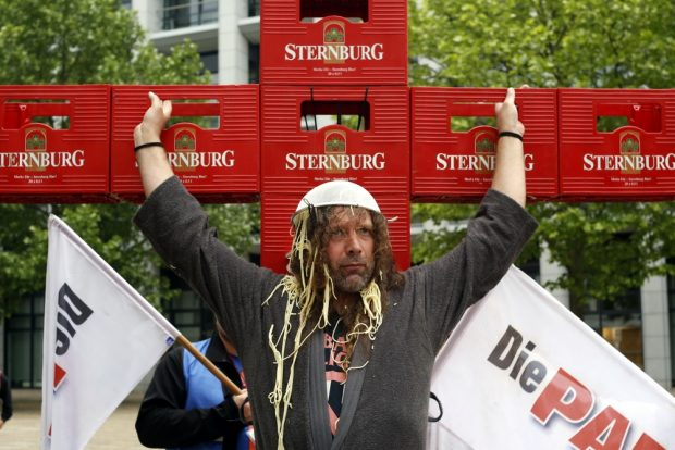 Bekannt für provokante, aber friedliche Aktionen. Thomas Kumbernuß zum Katholikentag 2016 am Kreuz - stilecht aus Sternburg-Kästen gebaut. Foto: L-IZ.de