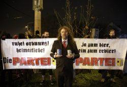 Die PARTEI ruft zur Silvester-Demo gegen Böller. Thomas Kumbernuß beim Geldsammeln für den Kiez nach dem Übergriff am 12. Januar 2016. Foto: L-IZ.de