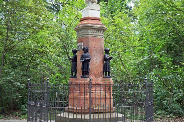 """Drei von vier """"Chorknaben""""-Statuen wurden gestohlen. Foto: Andreas Schmidt"""