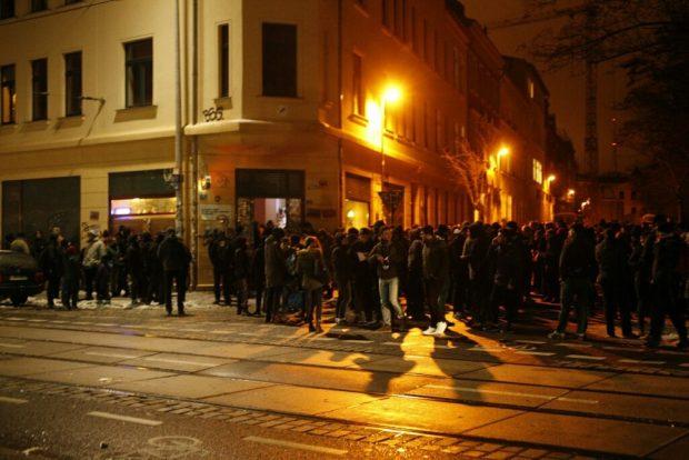 """Die Antifa-Demo """"a monday without you"""" sammelt sich im Süden, kurz vor 18 Uhr. Foto: L-IZ.de"""