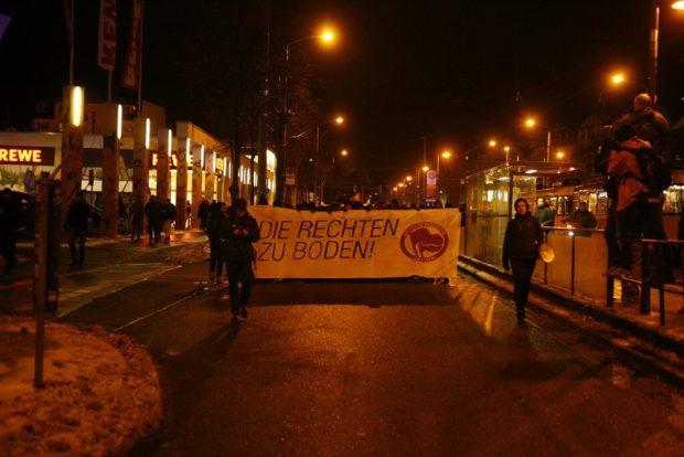 Die Antifa-Demo kurz vor 18 Uhr am Connewitzer Kreuz auf dem Weg Richtung Zentrum. Foto: L-IZ.de