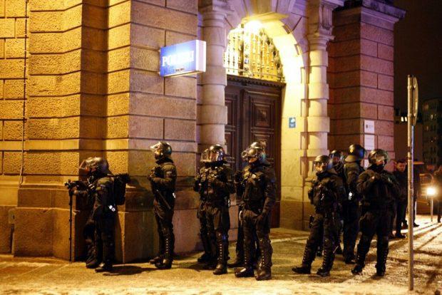 Polizeieinheiten beobachten um 18:25 Uhr den Vorübermarsch der Antifa-Demo an der Dimitroffstraße. Foto: L-IZ.de