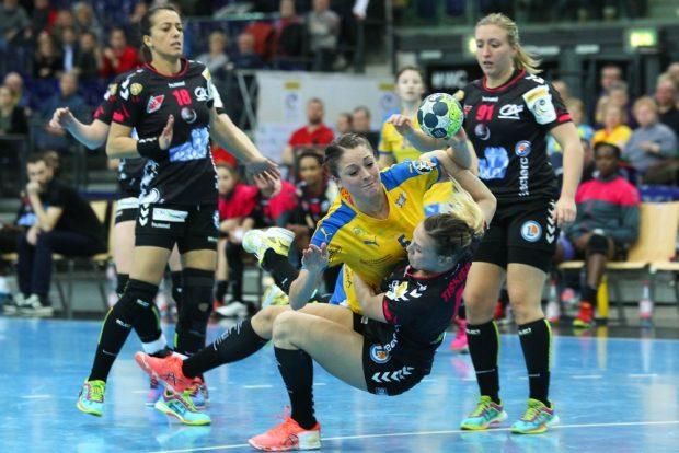 Bruchlandung gegen Brest. Amandine Tissier reißt Alexandra Mazzucco (HCL) mit sich zu Boden. Foto: Jan Kaefer