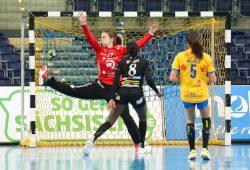 Claudine Mendy erzielt ein Tor gegen Nele Kurzke. Dennoch zeigte das junge HCL-Team gegen Fehérvár Charakter. Foto: Jan Kaefer