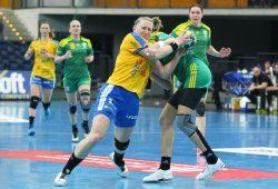 Nichts zu machen gegen die grüne Wand aus Krasnodar. Hier greift Olga Gorshenina gegen Luisa Sturm (HCL) hart durch. Foto: Jan Kaefer
