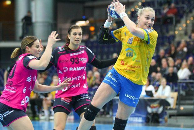 Hildigunnur Einarsdottir (HCL) ist Anna Loerper (li.) und Julia Behnke entwischt. Foto: Jan Kaefer