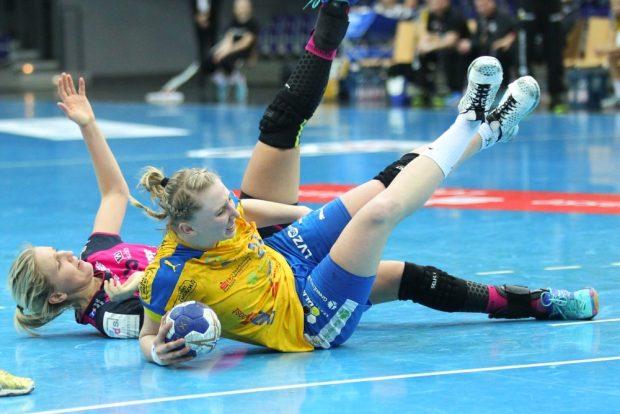 Das Duell Tonje Loseth gegen Luisa Sturm (HCL) endet auf hartem Boden. Foto: Jan Kaefer