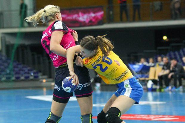 Nele Reimer (HCL) ringt gegen Tonje Loseth. Foto: Jan Kaefer