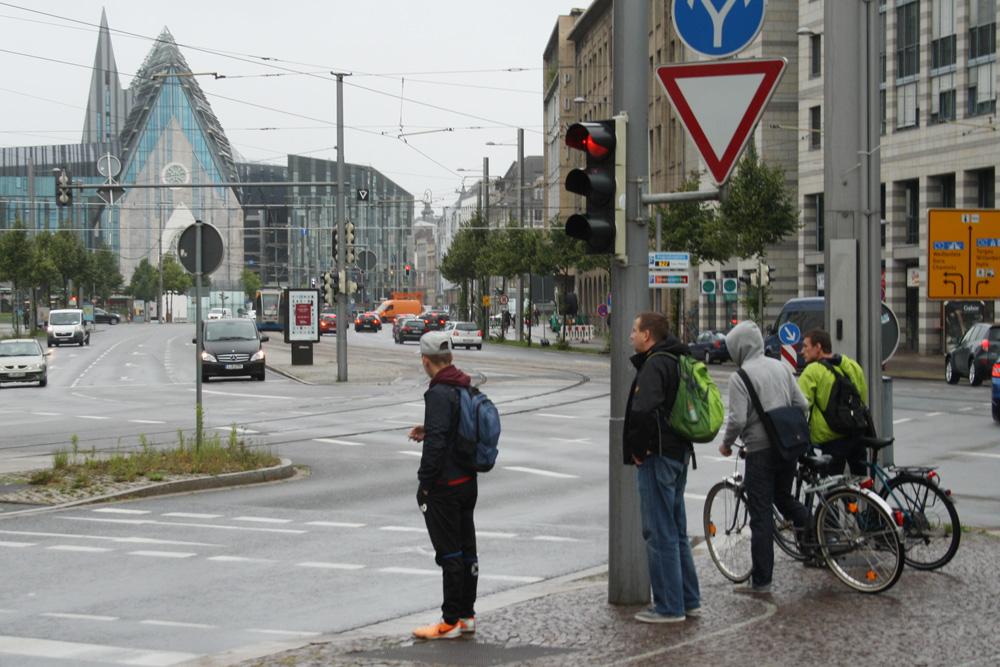 Warten an der Ampel auf dem Johannisplatz. Foto: Ralf Julke