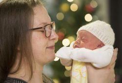 Neujahrsbaby Lieselotte, hier mit Mutter Sharon, kam als erstes Baby Leipzigs im neuen Jahr um 5:12 Uhr im UKL auf die Welt. Foto: Stefan Straube / UKL