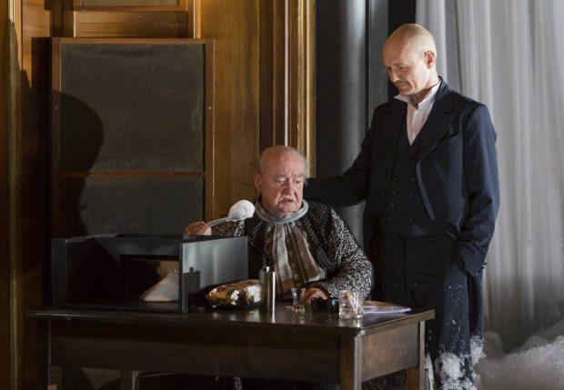 Dieter Jaßlauk (li., mit Markus Lerch) begeisterte das Premierenpublikum gleichermaßen als Mutter Aase und greiser Peer Gynt. Foto: Rolf Arnold