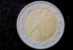 Ein Euro aus dem fernen Jahr 2008. Foto: Ralf Julke