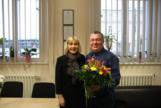 Dr. Minde gratuliert Prof. Hamza. Foto: Klinikum St. Georg