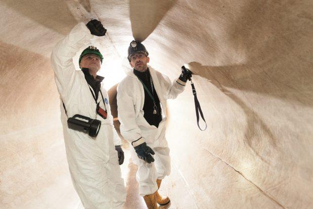 Ingenieur Mike Röthig und Wasserwerke-Fachmann Sven Lietzmann (r.) begutachten den Einbau. Foto: Leipziger Wasserwerke