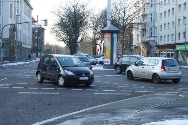 Auch zu solchen seltsamen Figuren kommt es auf der Kreuzung öfter mal. Foto: Ralf Julke