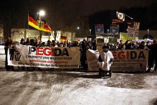 Legida nimmt Aufstellung zum Rundgang (unter ohrenbetäubendem Pfeifen und Nazis raus - Rufen). Foto: L-IZ.de