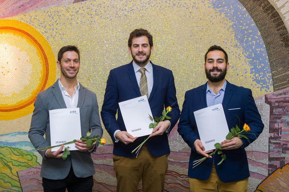Luis Montes Martinez, Francisco Pozas Robles und José Fuentes Ruiz (v.l.n.r) mit ihren Abschlusszeugnissen. Foto: Swen Reichhold/HTWK Leipzig