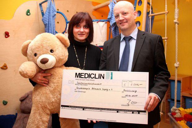 Mona Meister vom Kinderhospiz Bärenherz und Jan Müller, MediClin-Regionaldirektor, bei der Übergabe des symbolischen Spendenschecks. Foto: MediClin