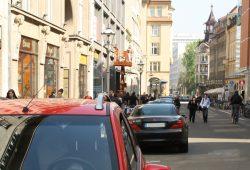 Fußgänger, Radfahrer und geparkte Autos auf dem Neumarkt. Foto: Ralf Julke