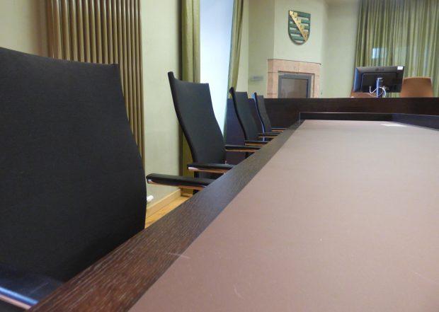 Die Anklagebank am Amtsgericht Grimma blieb am Mittwoch leer - weder Benjamin B. noch sein Anwalt erschienen persönlich zum Prozess. Foto: Lucas Böhme