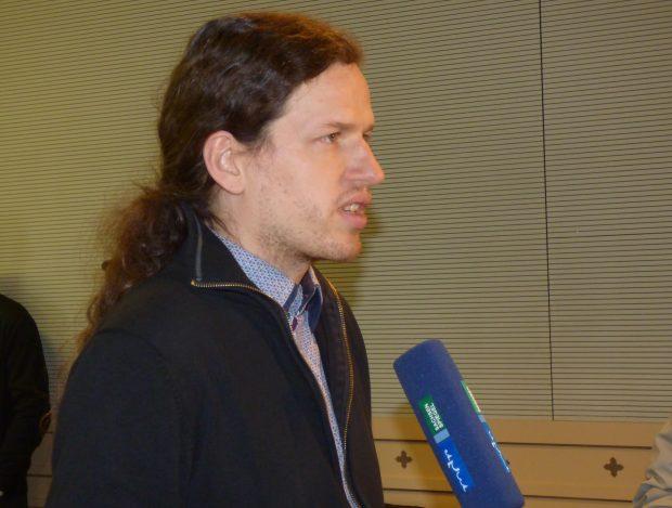 Die üble Verleumdung unseres Kollegen ruft einiges Medieninteresse hervor. Hier stellt sich sein Anwalt Jürgen Kasek im Gerichtssaal den Fragen des MDR. Foto: Lucas Böhme
