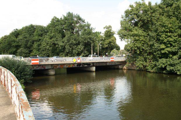 Blick über die Weiße Elster zur Plagwitzer Brücke. Foto: Ralf Julke
