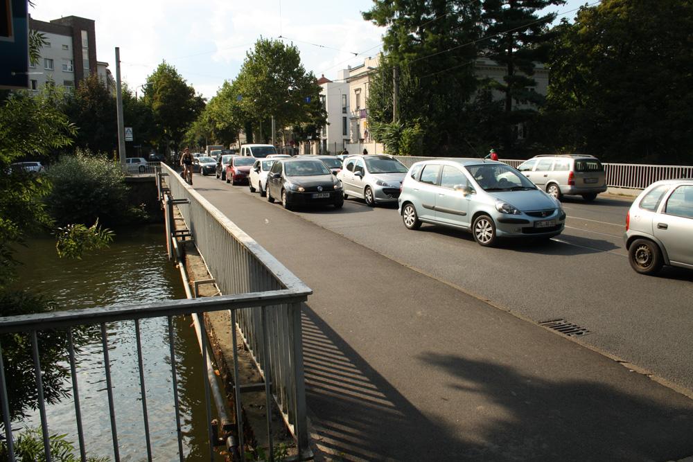 Der übliche Verkehr auf der Plagwitzer Brücke. Foto: Ralf Julke