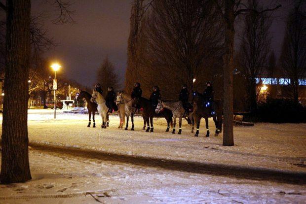 Die Polizei mal wieder hoch zu Pferd am Stadion. Foto: L-IZ.de
