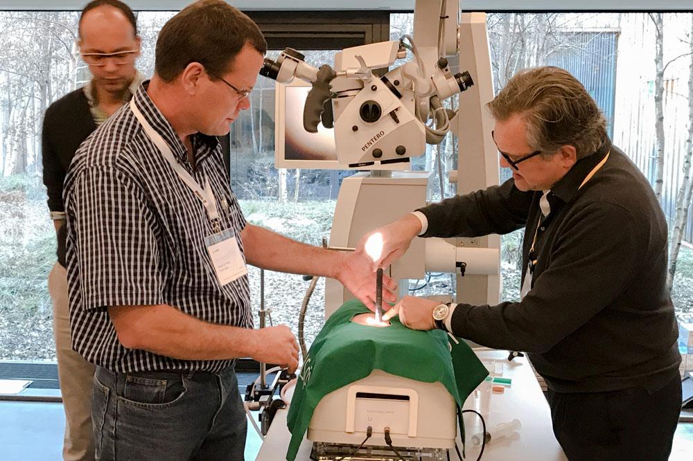 Chirurgisches Training in Davos: Kursleiter Prof. Roger Härtl (r.) mit dem Teilnehmer Marius du Preez. Foto: AO Spine