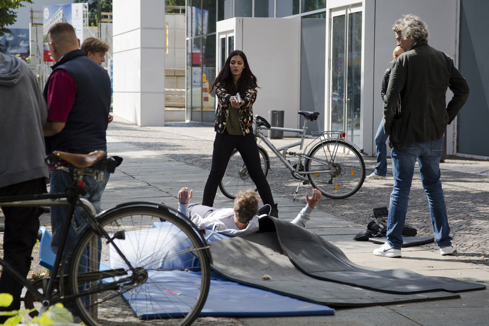 Kommissarin Fareedi stellt einen Tatverdächtigen. Foto: Robert Weinhold/HTWK Leipzig