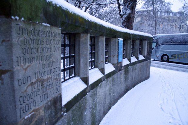 Erinnerung an Heinrich von Morungen auf der Westseite der Thomaskirche. Foto: Ralf Julke