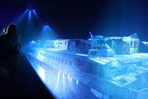 In blaues Licht getaucht: das Wrack der Titanic. Foto: Ralf