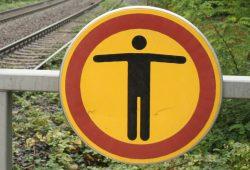 Aktuell die gängigste Botschaft in Deutschland: Weitergehen verboten. Foto: Ralf Julke