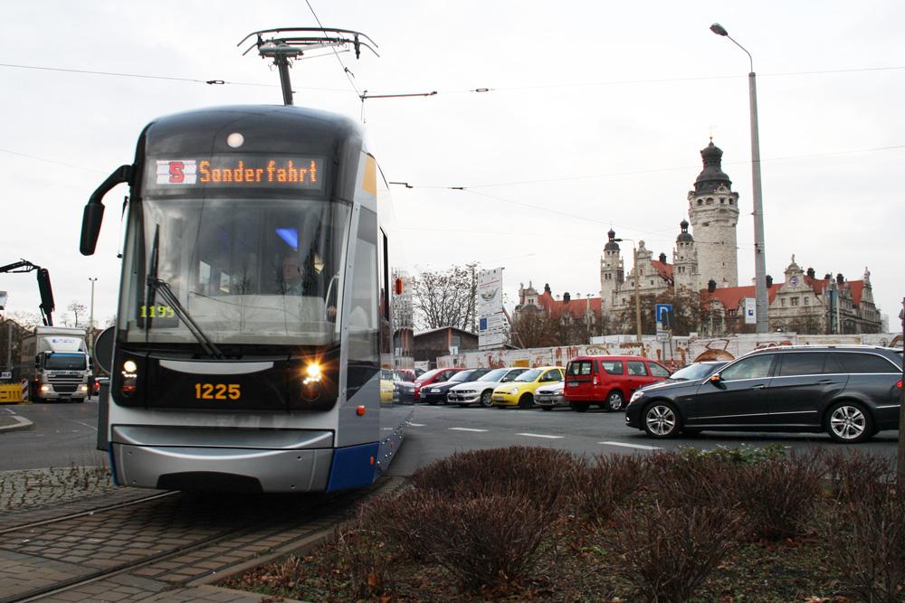 Eine XXL-Straßenbahn in der Windmühlenstraße. Foto: Ralf Julke