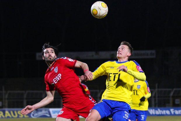 Abdulkadir Beyazit (Babelsberg) und Steven Heßler (Lok) haben den Ball fest im Visier. Foto: Jan Kaefer