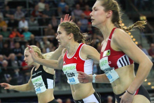 Rebekka Haase (LV 90 Erzgebirge/ mi.) läuft zu Silber und muss sich Gina Lückenkemper (Dortmund/ re.) geschlagen geben. Foto: Jan Kaefer